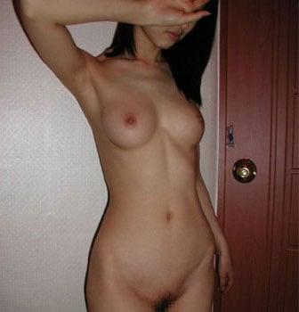 全裸でピースサインする公務員女性