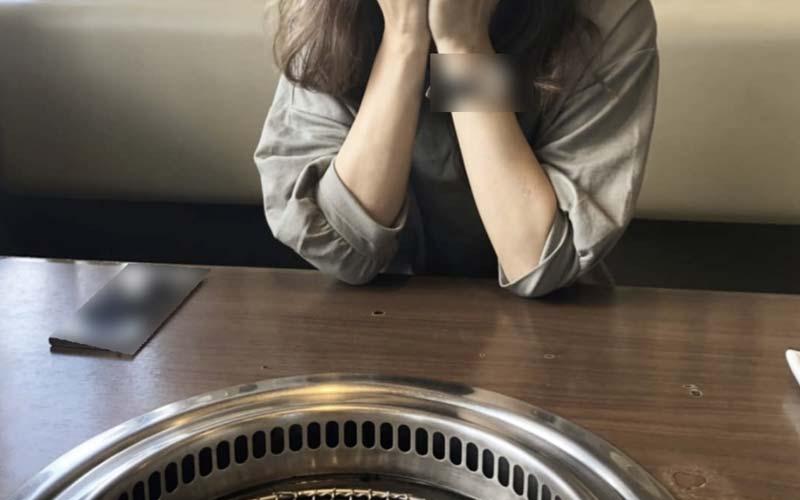 焼肉を待つ女性