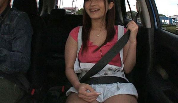 助手席に乗る女性