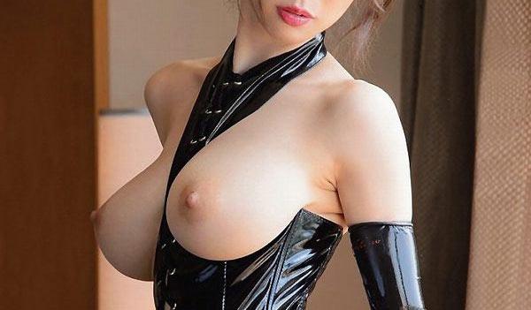 美乳のボンデージ女性